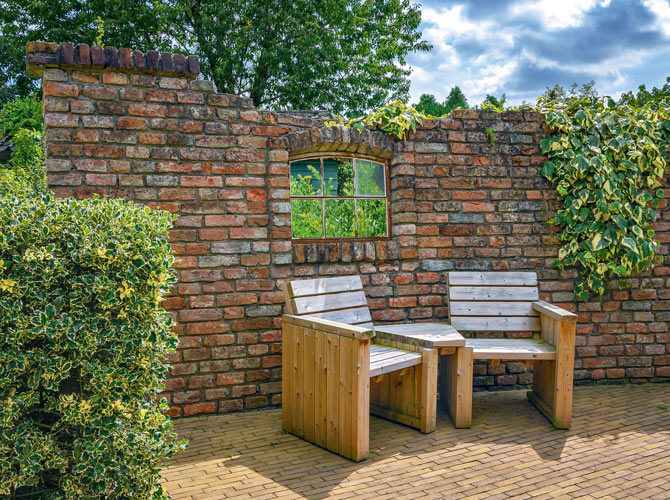 Mauerwerk als Sichtschutz und Gestaltungselement im Garten.
