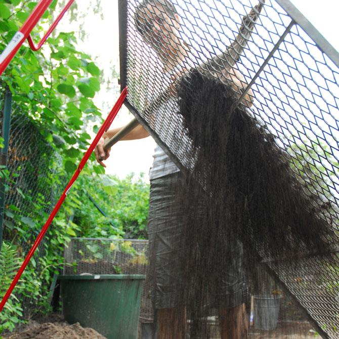 Kompost im Garten wird gesiebt