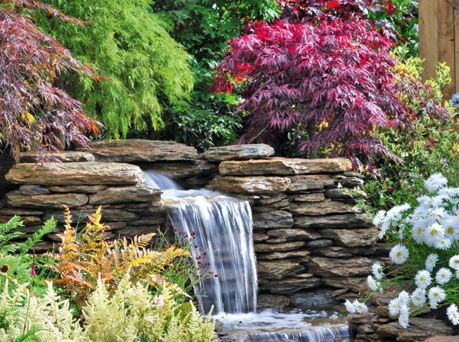 Ein Wasserfall oder Bachlauf im eigenen Garten