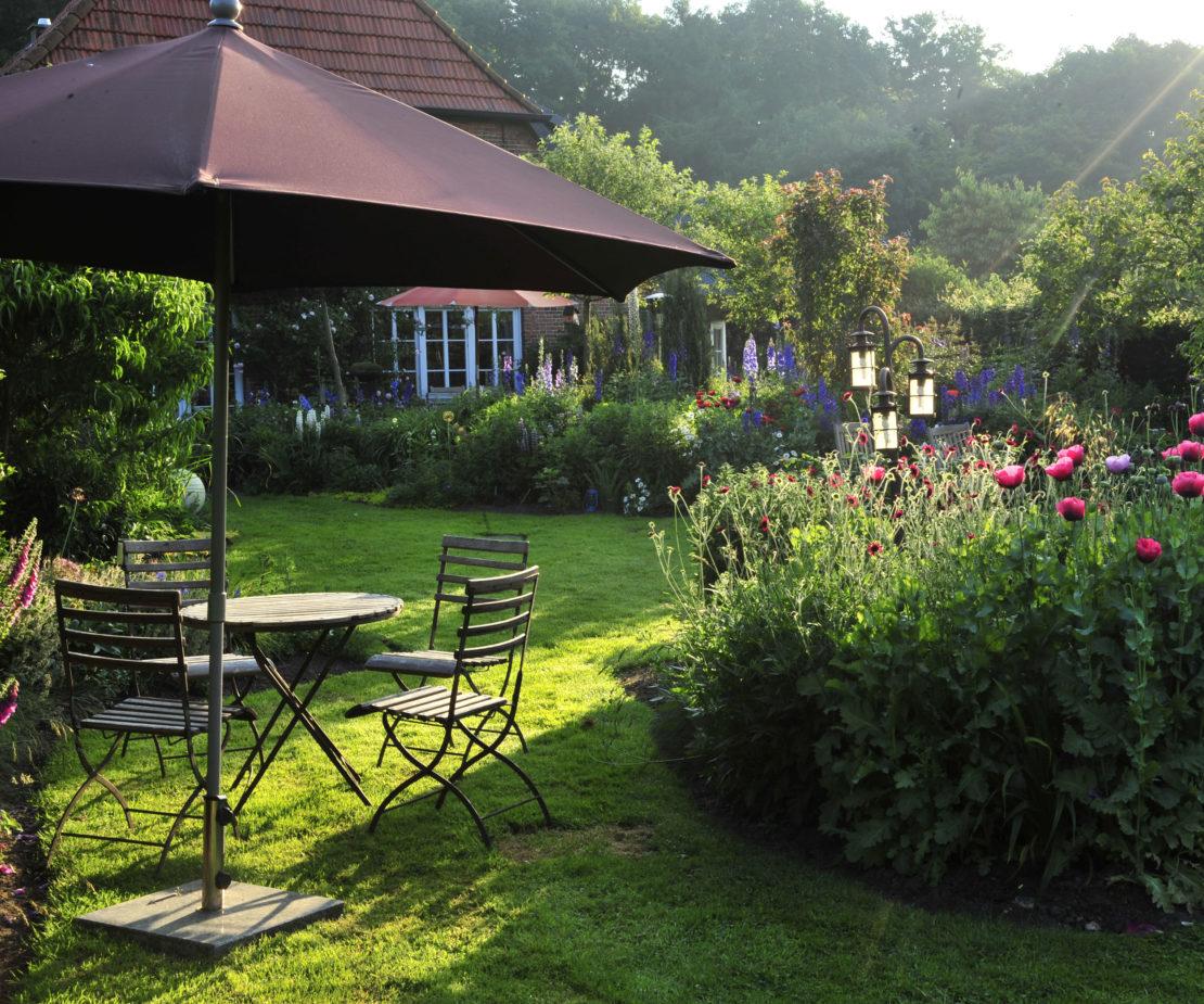 Garten mit Sitzgelegeneheit bluetenrausch-norden