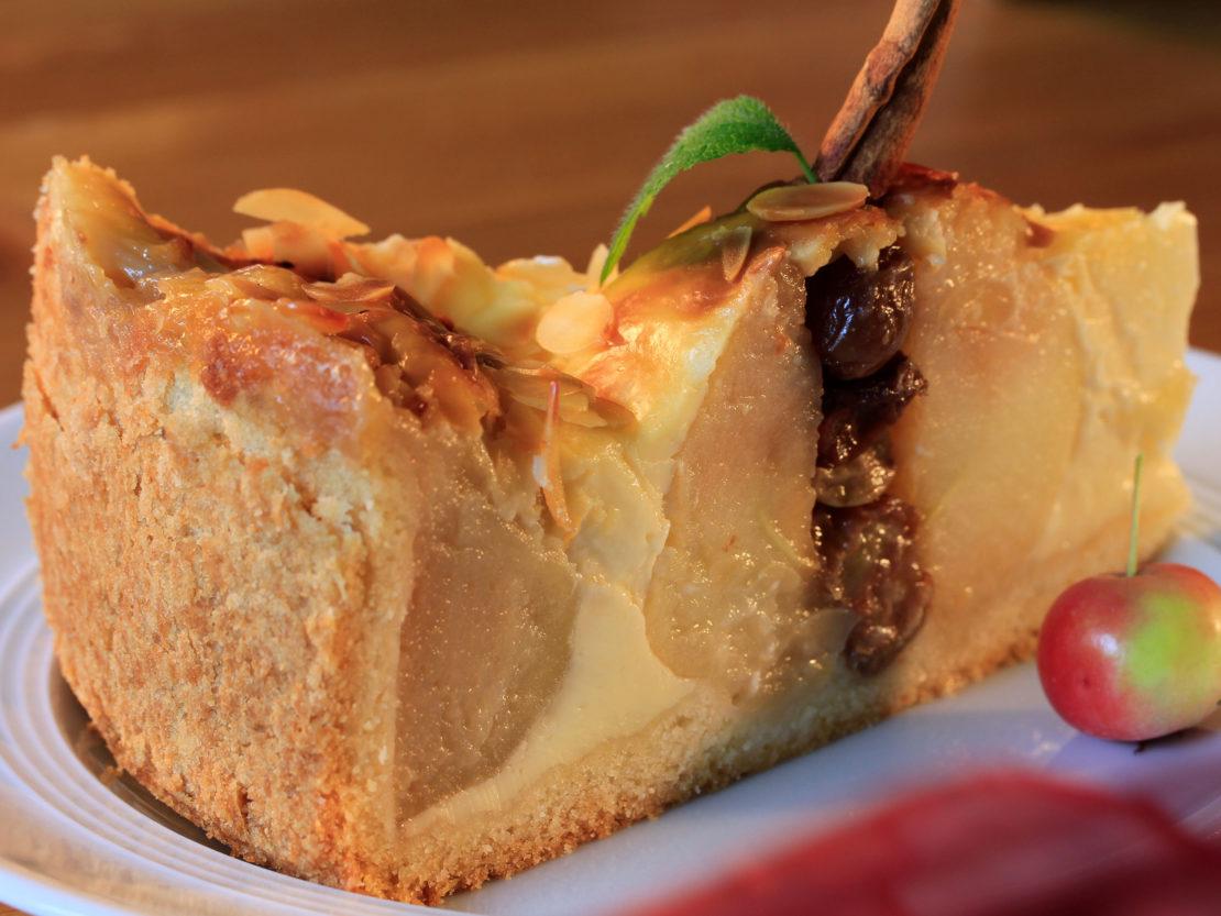 Ein Stück bratapfel-kuchen-mit-rumrosinen