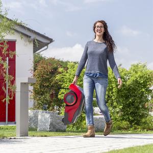 Junge Frau trägt Robolinho-Mähroboter