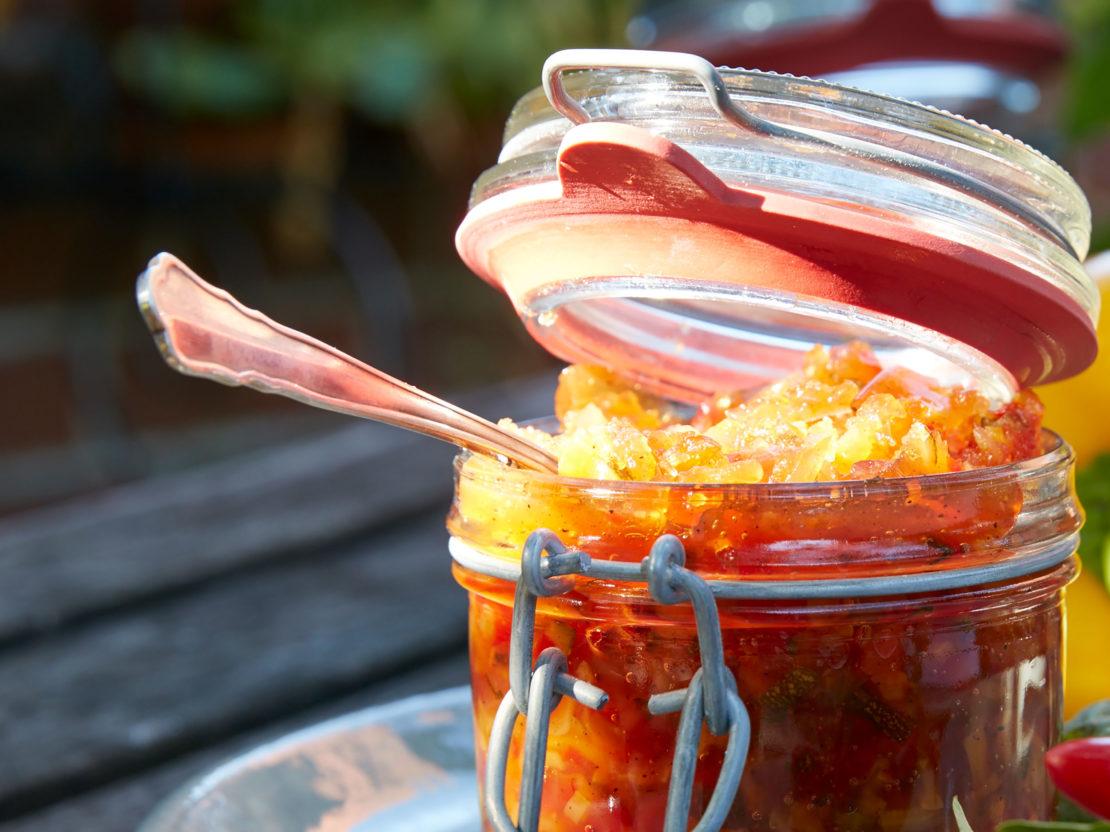 Zucchini Chutney in einem Einwegglas