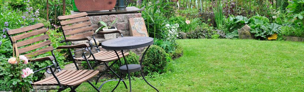 Ebener Rasen in einem pflegeleichten Garten für Senioren