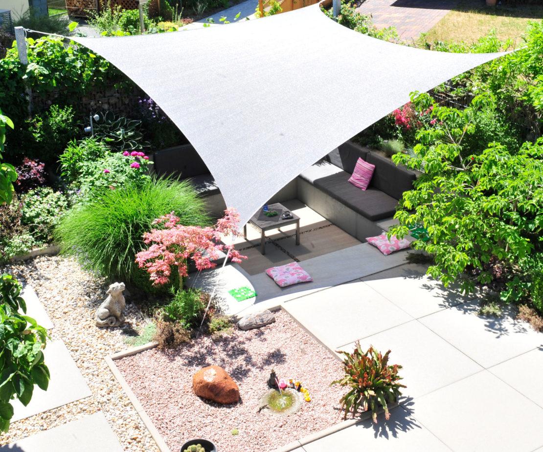 Sonnensegel über einer Sitzgruppe im Garten