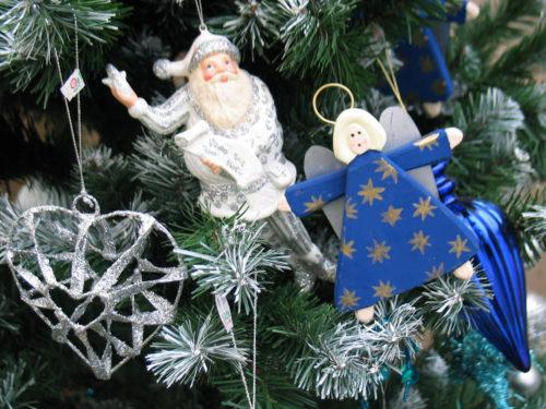 festlich geschmückter Weihnachtsbaum zur Frage: künstlich oder echt