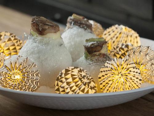 Amaryllis-Zwiebeln und leuchtende Weihnachtsdeko-Kugeln in einer Schale