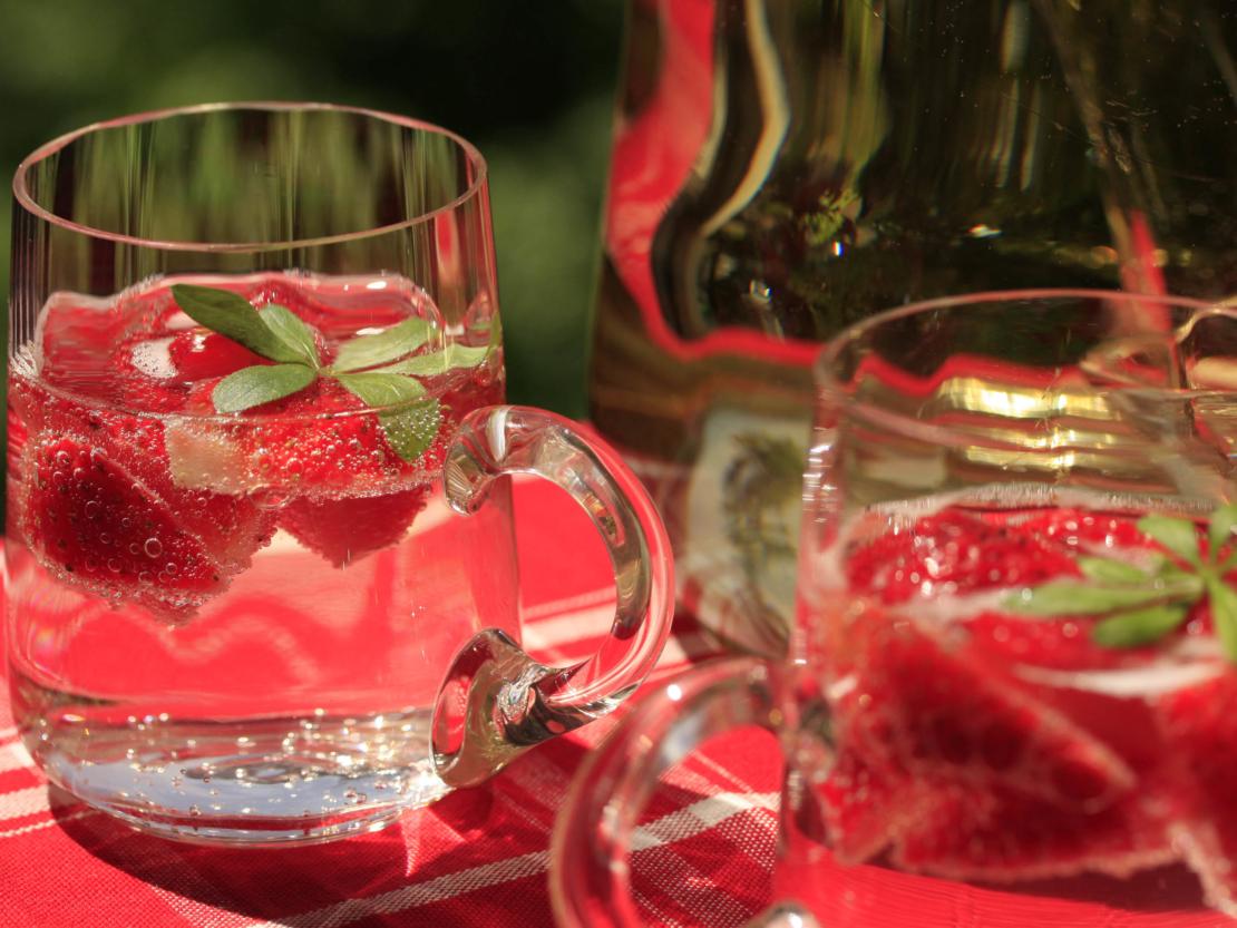 Gläser mit Waldmeisterbowle und Erdbereen