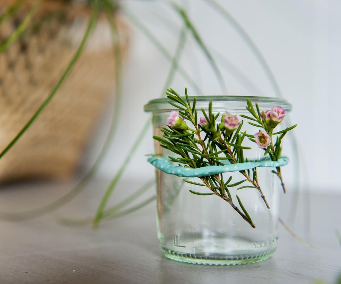 Windlicht mit Blumen: Foto: AdobeStock_bevisphoto.jpeg