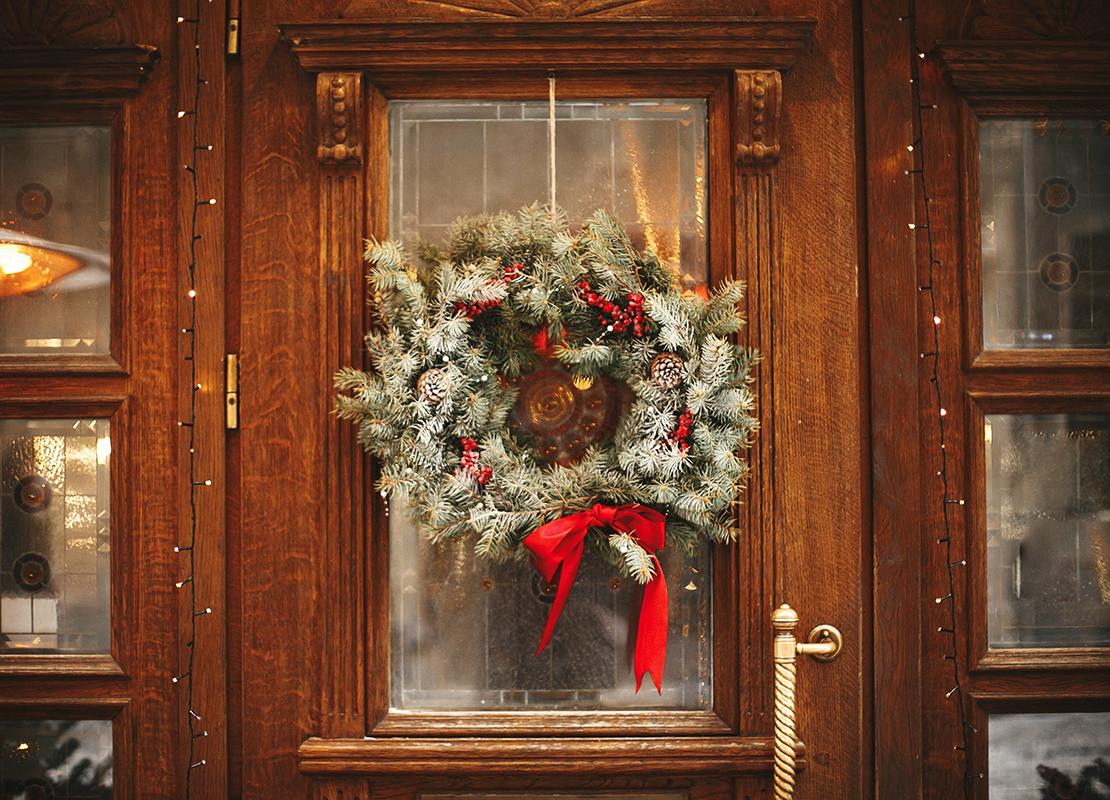 Weihnachtskranz Tür Foto: AdobeStock_sonyachny