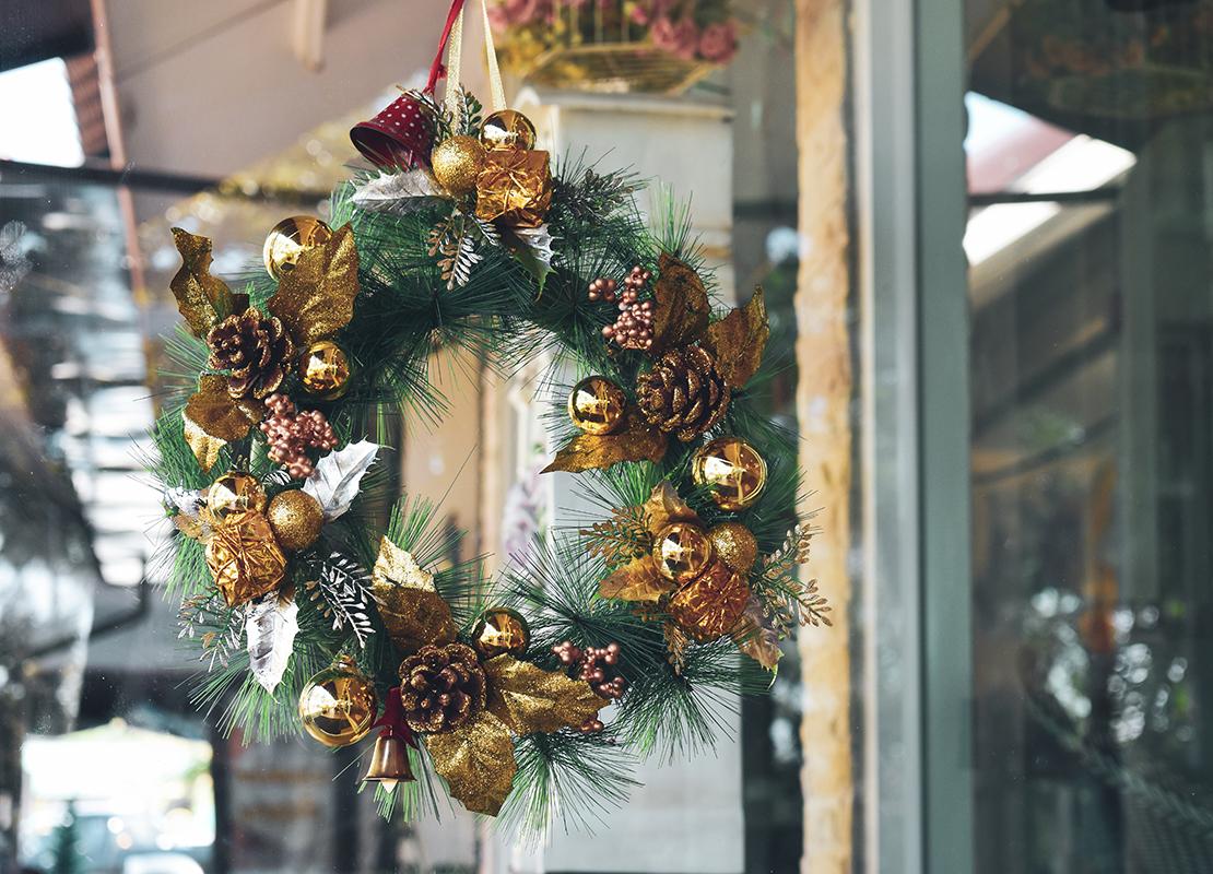 Weihnachtskranz Tür Foto: AdobeStock_sutichak