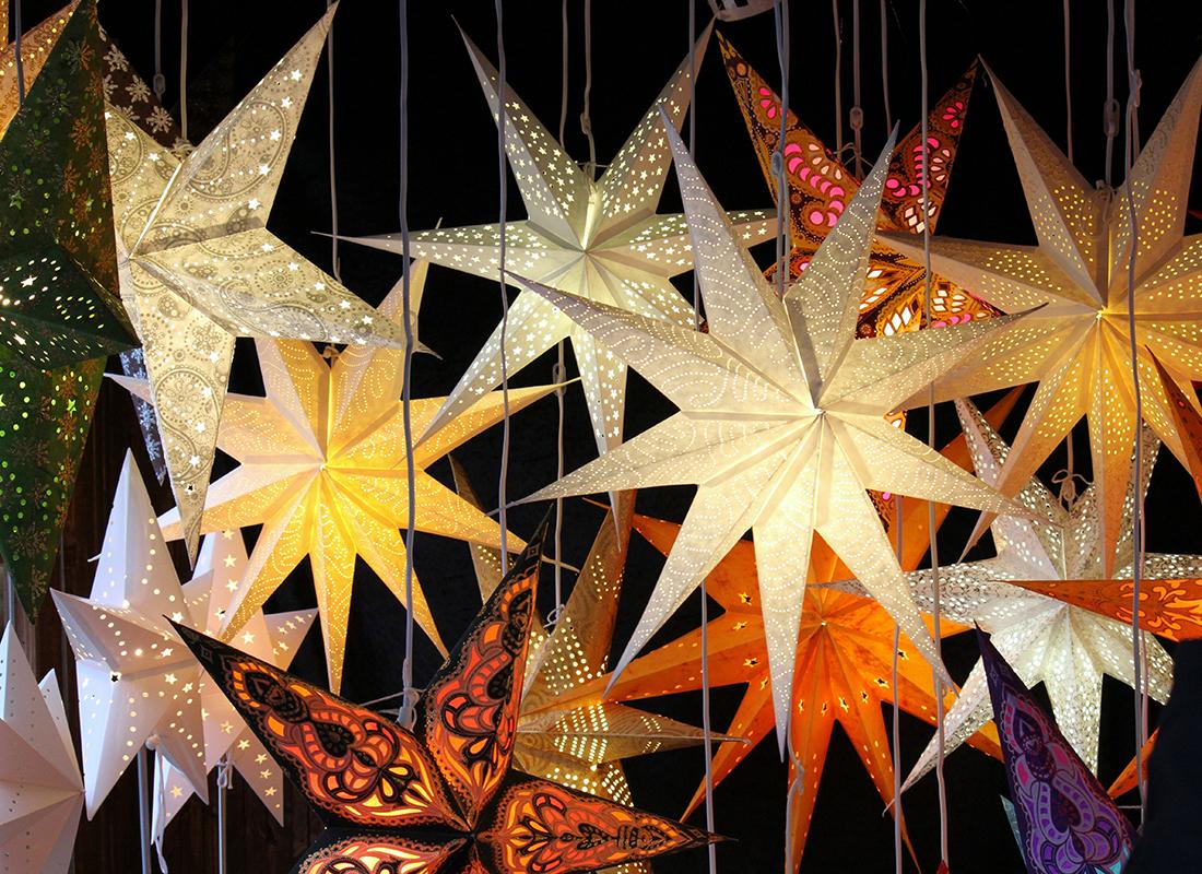 Weihnachtsstern beleuchtet Foto: AdobeStock_andreasalexander